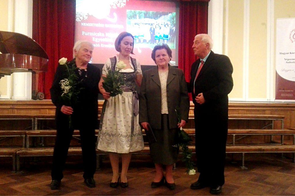 Unger Bernadett, Unger Magdolna a KÓTA-díjas Rábafüzesi Német Asszonykórus képviseletében, valamint Saltzer Géza, a KÓTA Nemzetiségi Szakbizottságának elnöke (jobbra)